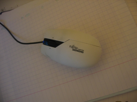 Oui, c'est une souris avec fil. Et alors ?!